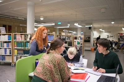 Studenter i skogsbiblioteket, SLU i Umeå-c-Jenny Svennås-Gillner, SLU.jpg