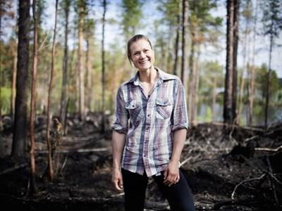 Porträtt av Heidi Andersson i skog. Foto: Beatrice Lundborg, DN