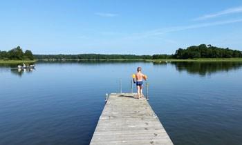 Brygga och sjö. Foto: Pixabay.