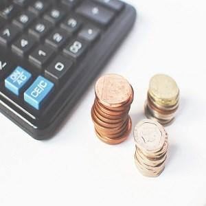 miniräknare och mynt, foto