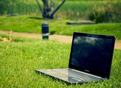 Bärbar dator på en gräsmatta, foto.